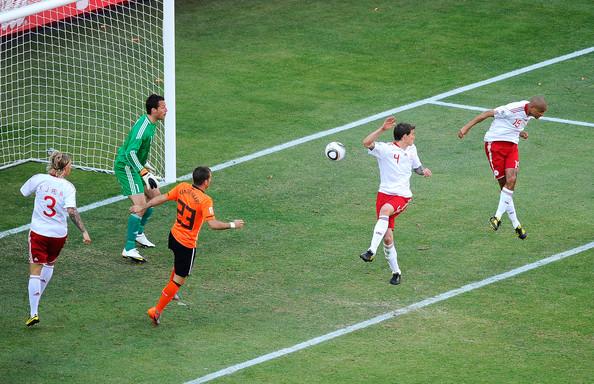 2010.6.14 丹麥後衛 15號S.Poulsen  頭球頂進本屆第一顆烏龍球.jpg