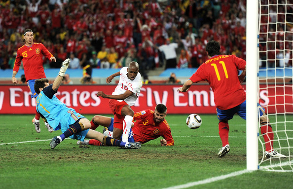 2010.6.16 瑞士 16號Fernandes 門前踢進第一分.jpg
