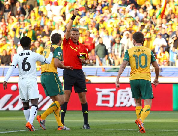 2010.6.19 澳洲10號Kewell 禁區內手球,領到紅牌 被罰下場.jpg