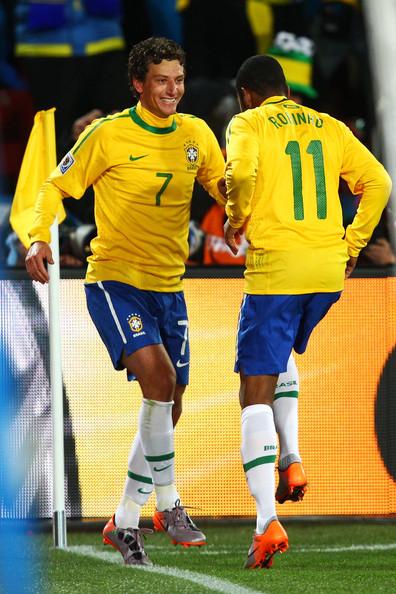 2010.6.15 巴西 11號Robinho 傳 7號Elano 踢進第二分.jpg