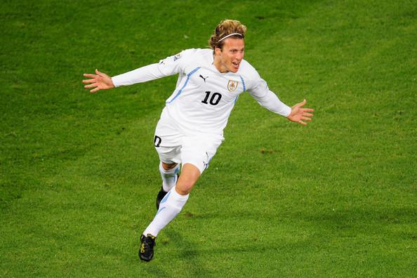 2010.6.16 烏拉圭10號前鋒 Forlan 踢出漂亮遠射一分領先.jpg