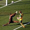 2010.6.19 澳洲14號Holman 將門將擋出的球補進一腳 攻下第一分.jpg