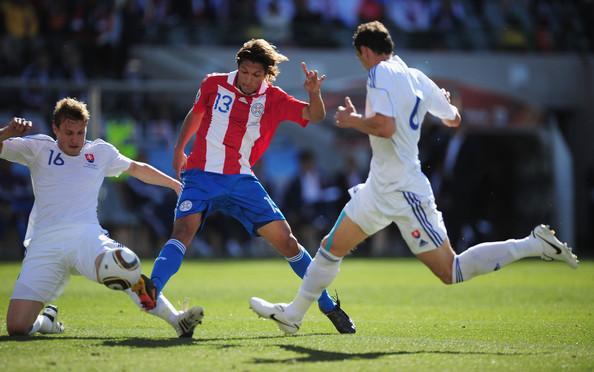 2010.6.20 巴拉圭13號Vera 在兩人中間起腳 攻下第一分.jpg