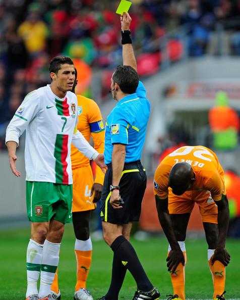 2010.6.15 葡萄牙隊長 7號C.Ronaldo 因和對手衝突,領到一張黄牌.jpg