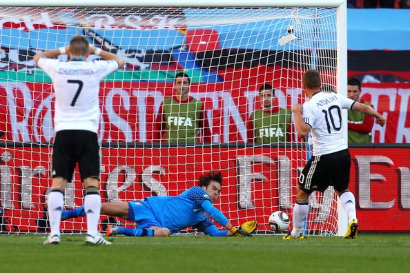 2010.6.18 塞爾維亞門將1號Stojkovic 竟然擋下德國10號Podolski 的12碼罰球.jpg