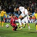 2010.6.16 烏拉圭1號Pereira 漂亮頭球點地反彈中網 攻下第三分-1.jpg