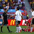 2010.6.18 德國前鋒11號Klose 兩黃換一紅牌 罰出場.jpg
