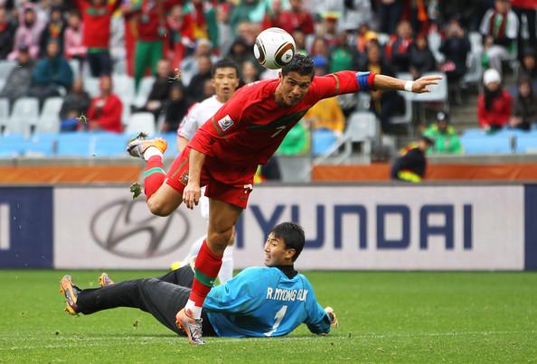 2010.6.21 葡萄牙 7號C.Ronado 將球送入空門 攻下第六分.jpg