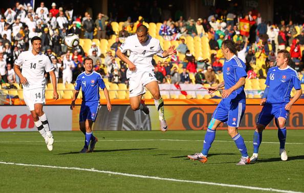 2010.6.15 紐西蘭 4號Reid 93分鐘頭球頂進扳平的關鍵分.jpg
