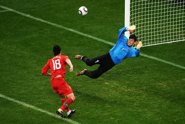 2010.6.21 葡萄牙 18號Almeida 在門前起腳 攻下第三分.jpg