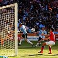 2010.6.17 阿根廷前鋒 9號Higuain 門前頭球頂進第三分.jpg