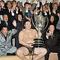 2010.11.28  蒙古橫綱白鵬歡慶 五連霸.jpg