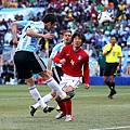 2010.6.17 阿根廷前鋒 9號Higuain 左門柱前頭球第一分.jpg