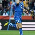 2010.6.20 義大利 9號Iaquinta 成功罰進12碼球 攻進扳平的關鍵分.jpg