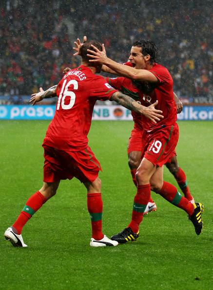 2010.6.21 葡萄牙 16號Meireles 在門前起腳 攻下第一分.jpg