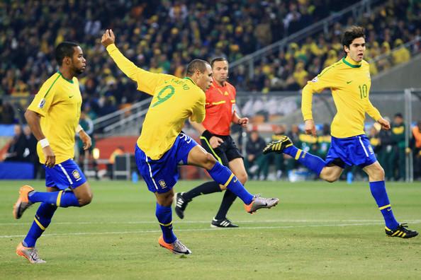 2010.6.20 巴西 9號Fabiano 大門前過人停球起腳中網.jpg