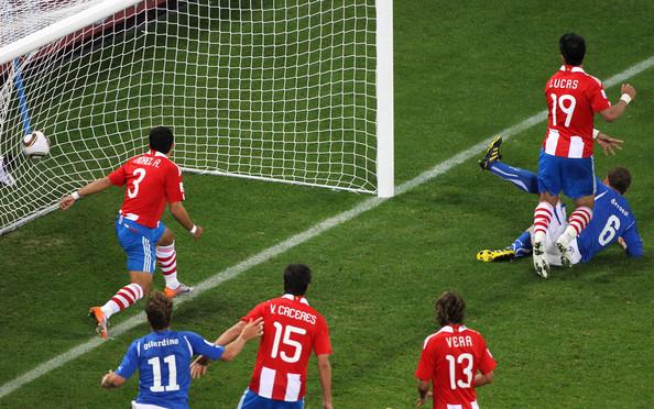2010.6.14 義大利 6號De Rossi 右門柱前踢進扳平的關鍵分.jpg