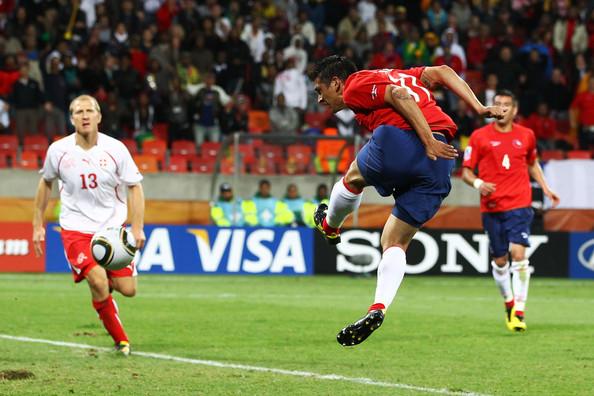 2010.6.21 智利 11號Gonzalez 在門前跳起 頭球點地反彈中網 攻下致勝分.jpg