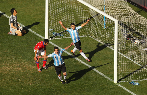 2010.6.17 阿根廷前鋒 9號Higuain 右門柱前踢進第二分.jpg
