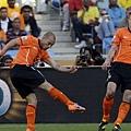 2010.6.19 荷蘭10號Sneijder 攻下致勝分,荷蘭二勝確定晉級.jpg