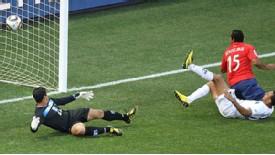 2010.6.16 智利 15號Beausejour 踢進第一分.jpg