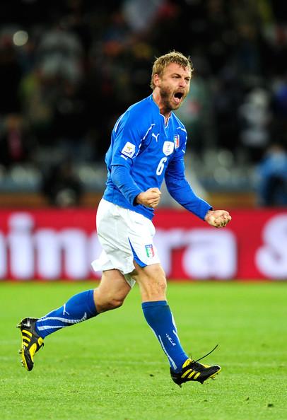 2010.6.14 義大利 6號De Rossi 踢進扳平的關鍵分.jpg