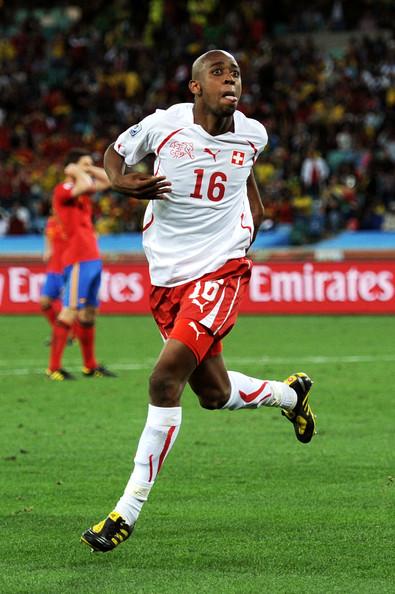 2010.6.16 瑞士 16號Fernandes 踢進致勝分 改寫瑞士歷史首勝西班牙的英雄.jpg