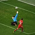 2010.6.21 葡萄牙 11號Simao 在門前起腳 攻下第二分.jpg