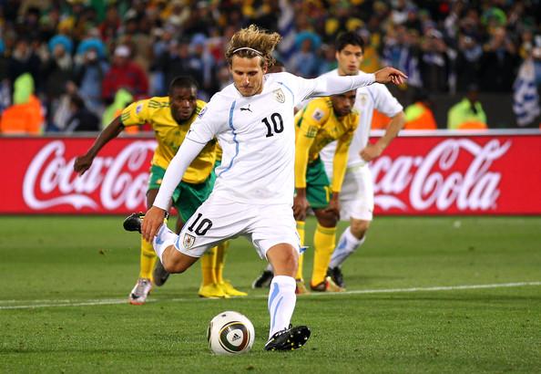 2010.6.16 烏拉圭10號前鋒 Forlan 踢出漂亮12碼罰球 梅開二度.jpg