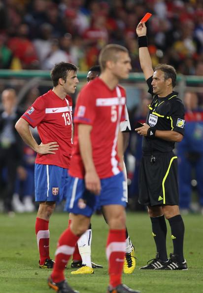 2010.6.13 塞爾維亞 13號Lukovic 領兩黃牌換紅牌下場.jpg