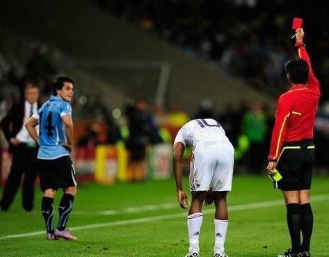 2010.6.11烏拉圭14號Lodeiro 領到本屆首張紅牌-3.jpg