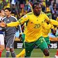 2010.6.22 南非 20號Khumalo 門前頭球攻進第一分.jpg