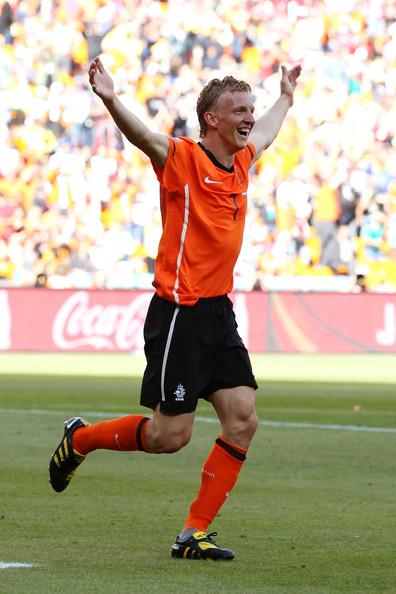2010.6.14 荷蘭 7號Kuyt 踢進荷蘭隊第二分.jpg