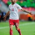 2010.6.21 瑞士 11號Behrami 因用手臂連續向後打人 被判紅牌罰出場.jpg