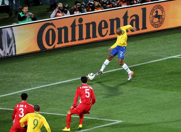 2010.6.15 巴西 2號Maicon 踢進這球幾乎無角度的特技球.jpg
