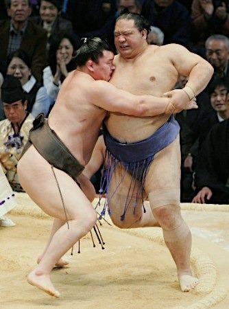 2010.11.26 蒙古橫綱白鵬 推出大關魁皇中止他的11連勝.jpg