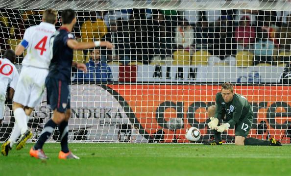 2010.6.12美國 8號Dempsey 踢球,英格蘭門將Green 失誤漏球進網.jpg