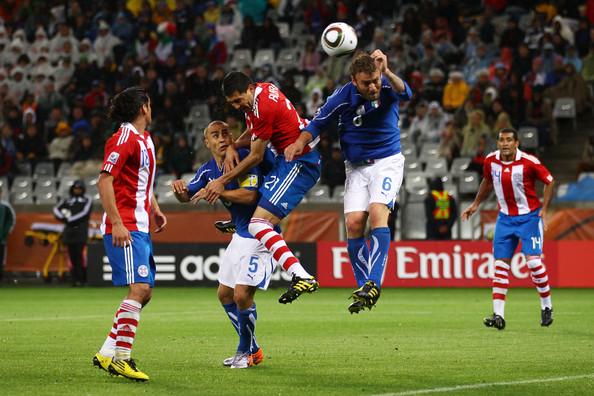 2010.6.14 巴拉圭 21號Alcaraz 頭球頂進第一分.jpg