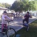 叮咚剛在公園學會騎脚踏車2