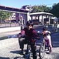 叮咚剛在公園學會騎脚踏車1