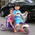 叮咚第一次騎三輪車