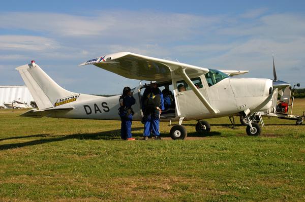 即將載我們高空跳傘的飛機