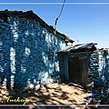 050_MG_8537_C2_Tire小鎮山上房屋以石頭砌成,再刷上彩色油漆,很特別.JPG