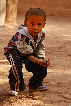 12_MG_0506_C2_酷酷的小朋友拿起黃土準備丟擲.JPG