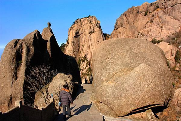 07_MG_0312_C2_黃山怪石中的步道.JPG