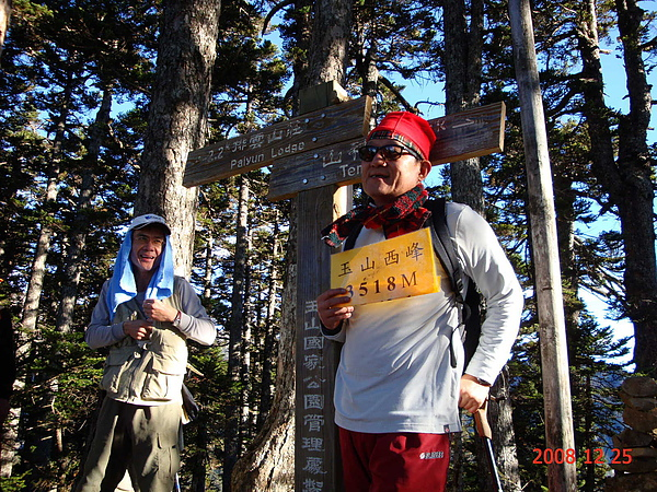012_DSC01021_amery_C_玉山西峰頂在森林裡,並不起眼,倒是沿途的風景比較迷人.JPG