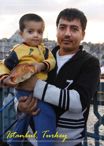 05_MG_9133_C2_跟爸爸合拍,為了拍照,不敢吃麵包.jpg