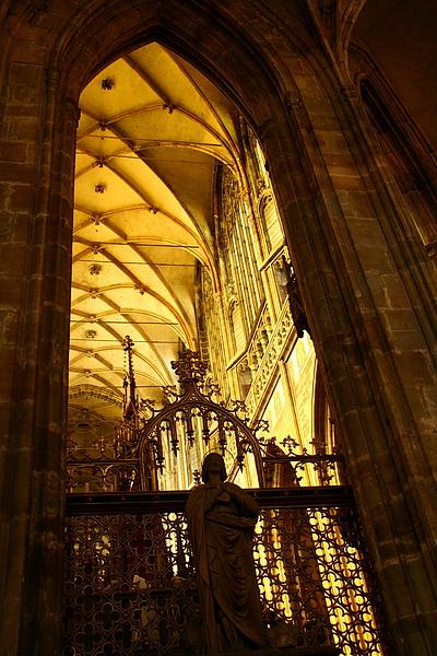 30_4315_Praha_布拉格城堡區聖維圖斯大教堂挑高的拱廊.JPG