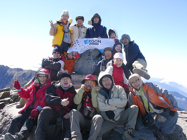 032_DSC05338_shirley_C_ 玉山主峰合影,將全台灣都踩在腳下的感覺真的很棒.JPG