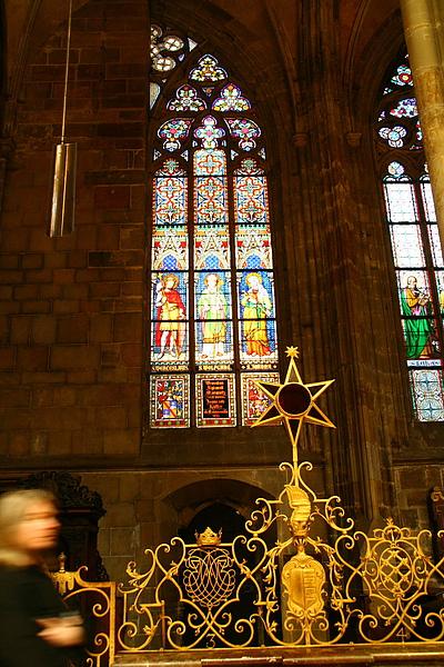 15_4307_Praha_布拉格城堡區聖維圖斯大教堂彩繪花窗與朝聖者.JPG